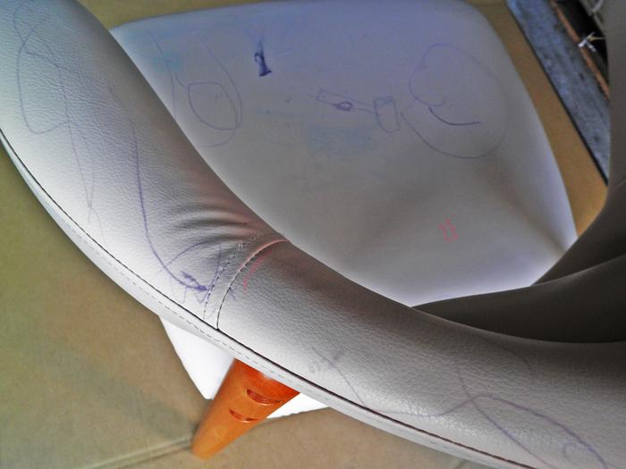 椅子落書き before